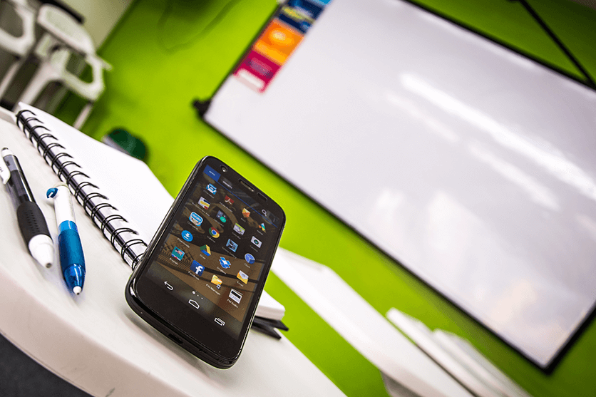 El celular en el aula de clase. Cursos de ingles en Medellin