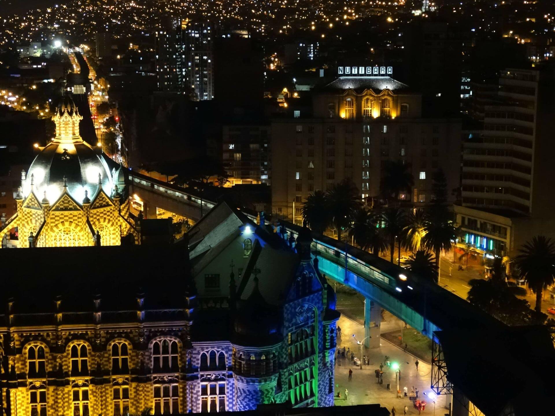 Medellin noche. dónde puedo estudiar idiomas en Medellín